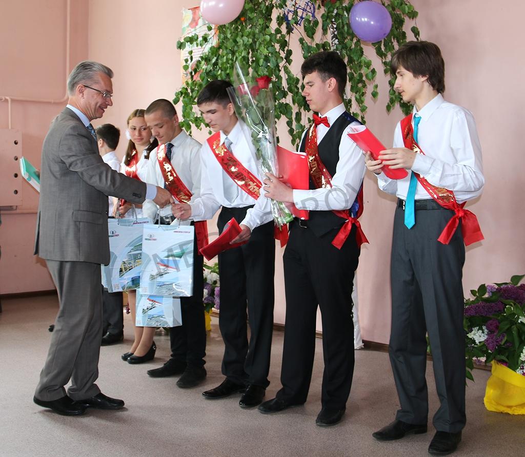 Мега-Строй поздравил выпускников подшефной школы